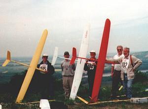 """2000 - Die Mannschaft des MFK-Breitenfurt anlässlich des """"Donaupokalfliegens"""". Herr W. Michl, R. Schmutz, E. Kopecny, A. Chvala, H. Scharf von links nach rechts."""