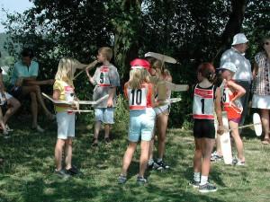 2000 - Schüler sammeln sich vor dem Wettbewerb.