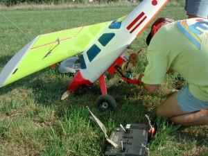 2000 - Hier wird der Modellparagleiter für den Abwurf über den Modellflugplatz eingepackt.