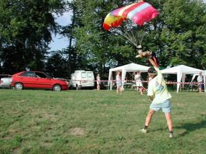 2000 - Landung in die Hand des von einem Flugmodell abgeworfenen ferngesteuerten Modellparagleiters.