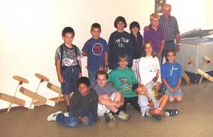 2001 - Fliegerbasteln der Schüler in Breitenfurt. Gruppenfoto am dritten Abend. Die Modelle sind bereits fast fertig zum Einfliegen.
