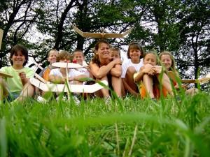 2001 - Fliegerbasteln der Schüler in Breitenfurt. Einfliegen der selbstgebauten Modelle. Gruppenbild nach dem gelungenen Einfliegen.