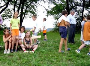 2001 - Fliegerbasteln der Schüler in Breitenfurt. Einfliegen der selbstgebauten Modelle. Gruppenbild mit Helfern.