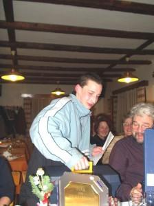 2002 - Jahresabschlussfeier - Florian bei der Vorführung seines neuen Werkzeugkoffers.