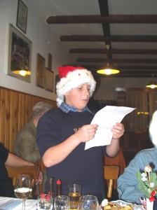 2002 - Jahresabschlussfeier - Patrick beim Verlesen eines beigepackten Gedichtes.