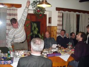 2002 - Jahresabschlussfeier - Präsentation eines Geschenkes.