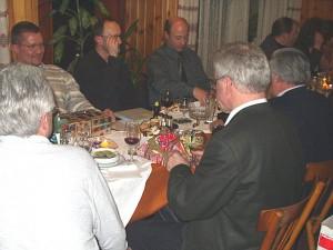 2002 - Jahresabschlussfeier - Auspacken der Überraschungspackerl.