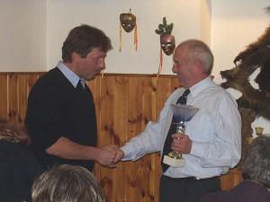 2002 - Jahresabschlussfeier - Überreichung des Klubpokals an den Gewinner Herrn Robert Piss.