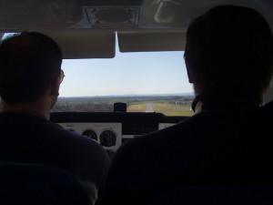 2002 - 1.Virtueller F3F-Wettbewerb >  Blick aus dem Cockpit der Cessna 172 beim Landeanflug.