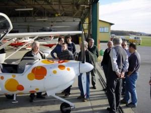 2002 - 1.Virtueller F3F-Wettbewerb > Exkursion zum Hangar des Flugplatzes Stockerau.