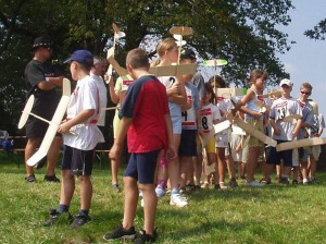 2002 - Die Schülergruppe tritt erwartungsvoll zum ersten Durchgang des Schülerwettbewerbs an.