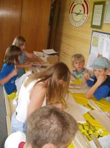 2002 - Basteln eines Wurfgleiters mit den Schülern > 1.Tag Leimen der Teile