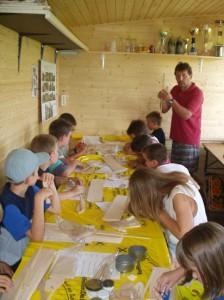 2002 - Basteln eines Wurfgleiters mit den Schülern > 1.Tag Erklärung und Werken
