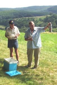 """2006.07.09 - Anton Richter übergibt einen """"Jubiläumswein"""" aus Sieghartskirchen zum 45-Jährigen."""