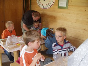2007.07.11 - 1. Tag beim Basteln mit den Schülern.