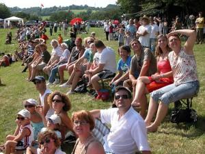 Schauflugtag 2009 - Die Zuschauerränge sind nun voll besetzt.