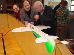 26.3.2011 Hallenfliegen in Breitenfurt - Reparaturtrupp im Einsatz