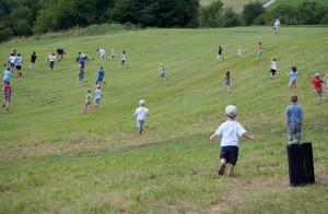 15.8.2011 50 Jahre MFK-B - Flugshow - Kinder nach dem Zuckerlabwurf