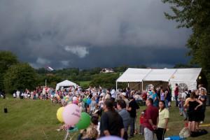 15.8.2011 50 Jahre MFK-B - Flugshow - Zuschauer. Ein Gewitter zieht auf.