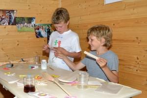 1. MFK-Basteln mit den Schülern - Leimen der Auflageplättchen